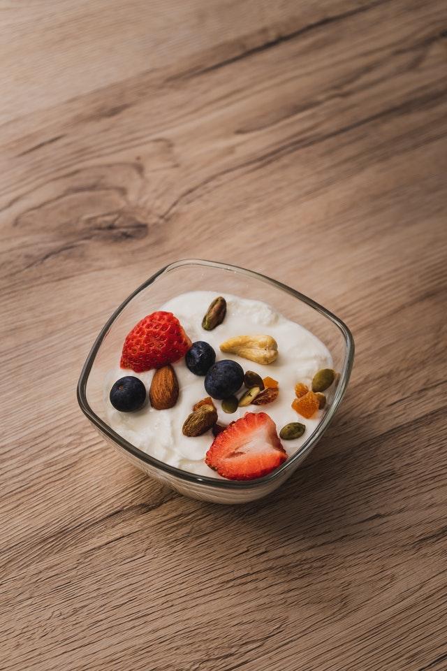 Jogurt s ovocem a oříšky
