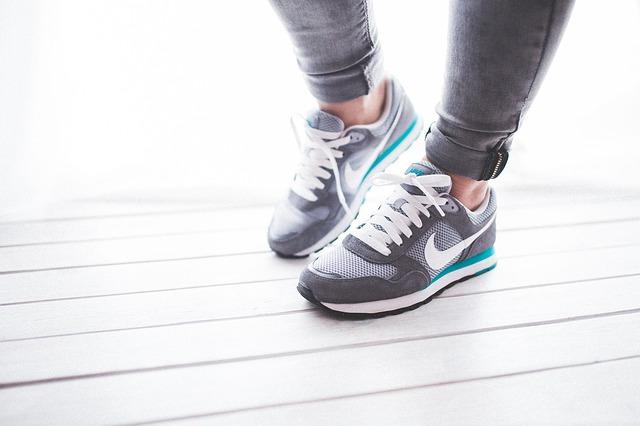 nohy v Nike botách