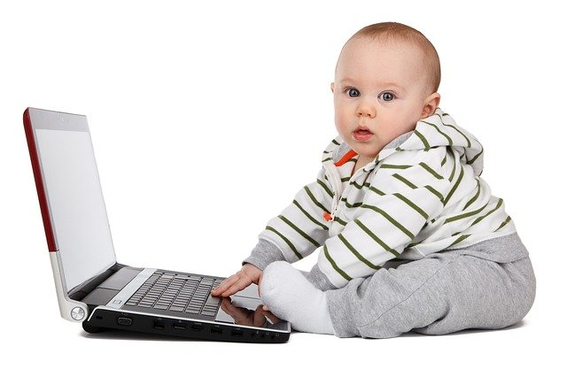 malé dítě s notebookem