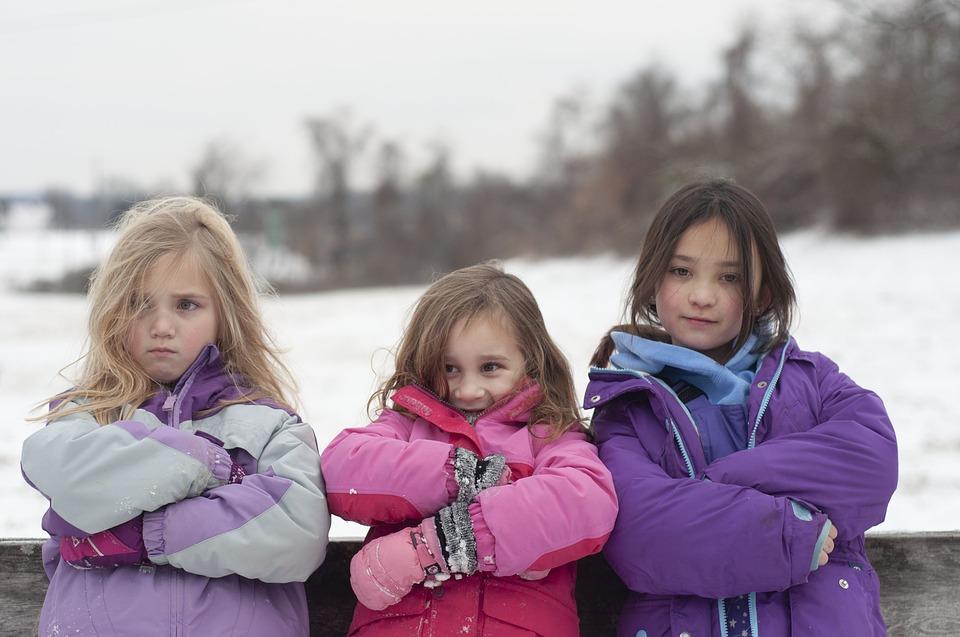 tři dívky v zimních bundách